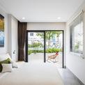 <p> Không gian bên trong biệt thự có màu sắc trang nhã, tươi tắn, hệ thống cửa lớn để tạo nên sự thông thoáng.</p>