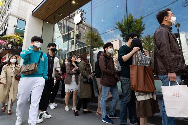 Cà phê mở cửa, Apple Store đón người xếp hàng trở lại ở Seoul