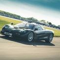 """<p class=""""Normal""""> <strong>8. McLaren F1 (386,4 km/h)</strong></p> <p class=""""Normal""""> Được thiết lập bởi tay đua Andy Wallace trên đường thử Ehra-Lessien của Volkswagen vào tháng 3/1998, siêu xe Anh Quốc đã giành được danh hiệu mẫu xe nhanh nhất thế giới từng được sản xuất hàng loạt. Tuy nhiên, mức tốc độ trên đòi hỏi phải chỉnh giới hạn tua máy lên tới 8.300 vòng/phút. Do đó, chưa có chiếc McLaren F1 nào bán ra có thể chạy quá 340 km/h nếu chưa được """"độ"""".</p>"""