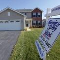 <p> Việc vị tỷ phú này chi tiền mua một ngôi nhà với mức giá trung bình ở Mỹ (282.000 USD) tương đương việc người Mỹ bình thường mất khoảng 13 USD. Ảnh: <em>AP.</em></p>