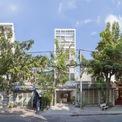 <p> Nhà Tân Phú là tên của một công trình nhà ở hẹp nhưng sâu - đây cũng được xem là đặc điểm tiêu biểu cho nhà ở tại các đô thị lớn. Theo chia sẻ của KTS, bên cạnh việc giải quyết những vấn đề bất lợi của đô thị như ô nhiễm không khí và tiếng ồn, đội ngũ thiết kế phải tiến hành thay đổi những thói quen đã cũ và hướng đến không gian sống mở phù hợp với từng thành viên trong gia đình.</p>