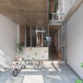 <p> Nhà có 4 tầng, tổng diện tích sàn là 280 m2. Trong quá trình lên ý tưởng thiết kế, KTS đã chú trọng vào 3 khoảng thông tầng lệch nhau.Các không gian sinh hoạt chung được mở rộng từ các không gian riêng tư ở từng tầng nhằm tạo nên sự đa dạng hoạt động cho người sử dụng. Điều này cũng làm tăng khả năng gặp gỡ giữa các thành viên trong nhà – điều thường thiếu trong những gia đình hiện đại bận rộn.</p>