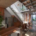 <p> Ở tầng 1, sau khoảng sân là bếp, cầu thang, một phòng ngủ và khoảng vườn nhỏ.</p>
