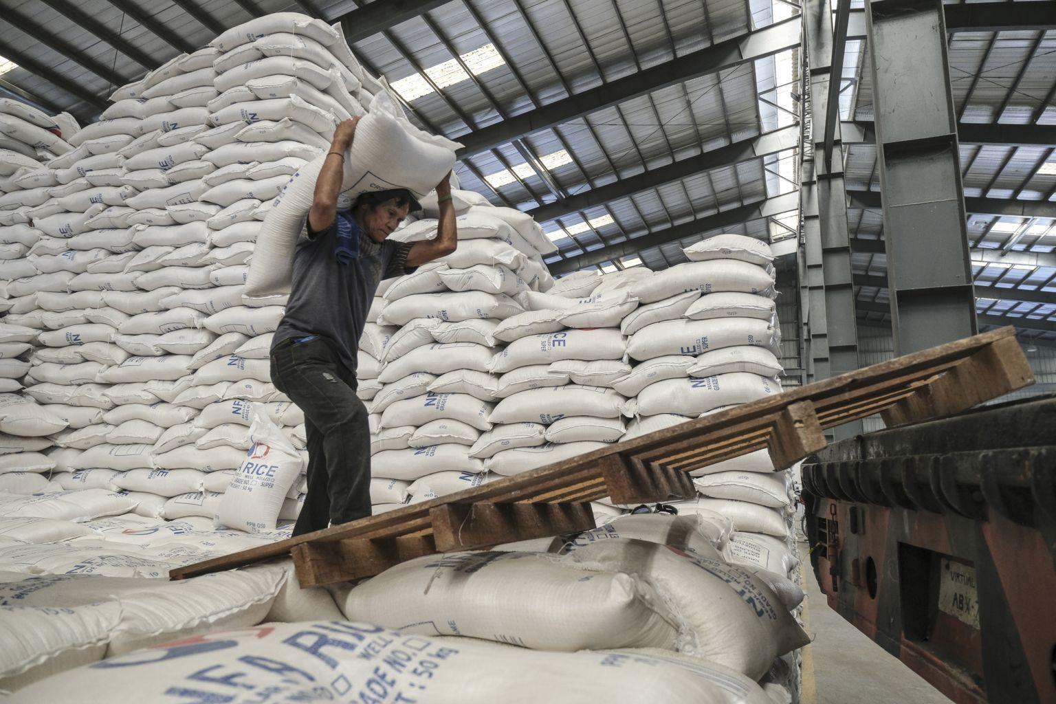 Phó Thủ tướng: Tạm ứng 100.000 tấn gạo từ hạn ngạch xuất khẩu tháng 5 cho doanh nghiệp