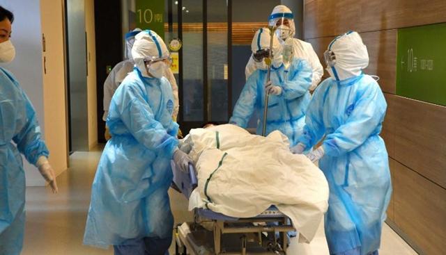 Các nhân viên y tế mặc đồ bảo hộ diễn tập tình huống bùng phát Covid-19 tại một bệnh viện ở Tottori, Nhật Bản ngày 7/2. Ảnh: AFP