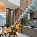 <p> Ngôi nhà này từng được cả gia đình sinh sống trong suốt 30 năm và mới được tu sửa lại. Các kiến trúc sư muốn mỗi thành viên trong gia đình có không gian cá nhân đồng thời kết nối các hoạt động chung hàng ngày thông qua nhà bếp, phòng khách. Các thành viên có thể nói chuyện, thảo luận và gặp nhau để duy trì bầu không khí gia đình.</p>