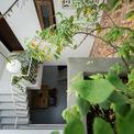 <p> Một phòng ngủ ở tầng lửng được thiết kế cho cha mẹ, được kết nối bởi cầu thang từ tầng trệt đi lên.</p>