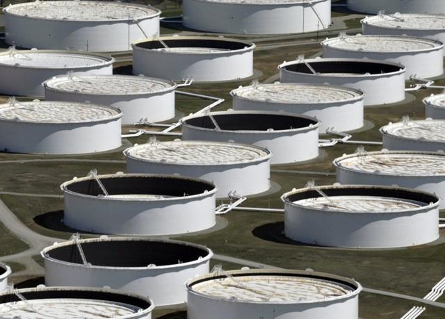 Bể chứa dầu thô được nhìn từ trên cao tại trung tâm dầu Cushing, Oklahoma, ngày 24 tháng 3 năm 2016. Credit: REUTERS/Nick Oxford/File Photo