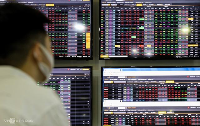 Cổ phiếu ngân hàng và chứng khoán phục hồi, 3 sàn tăng điểm