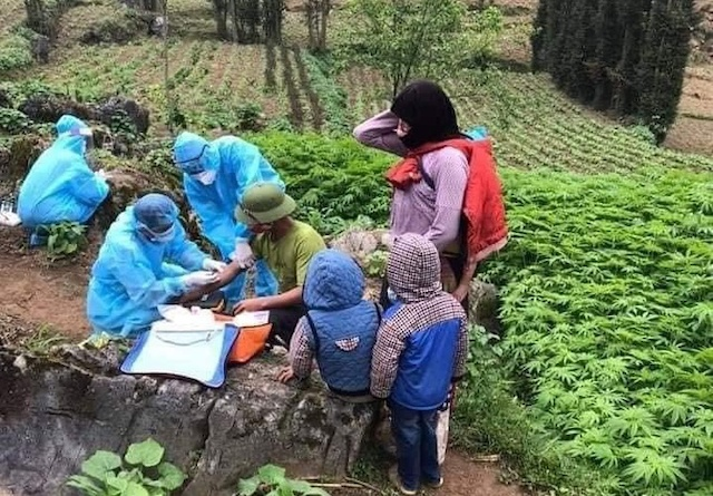 Cán bộ y tế Hà Giang lấy mẫu xét nghiệm cho người dân tại các thôn, bản nằm trên địa bàn huyện Đồng Văn. Ảnh: G.P.