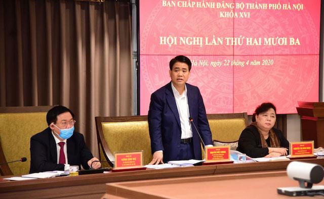 Phó Bí thư Thành ủy, Chủ tịch UBND thành phố phát biểu tại hội nghị.