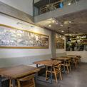 <p> Một quán cà phê và không gian làm việc chung nằm ở tầng trệt và tầng lửng là nơi khách thư giãn, chia sẻ và thỉnh thoảng gặp nhau tại các sự kiện cộng đồng do ban quản lý tổ chức.</p>