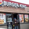 """<p class=""""Normal""""> <strong>Burger King</strong></p> <p class=""""Normal""""> Burger King mở cửa hàng đầu tiên của mình trong giai đoạn khủng hoảng hậu chiến tranh Triều Tiên vào những năm 1950.</p> <p class=""""Normal""""> Theo <em>CNBC</em>, cuộc khủng hoảng diễn ra vào các năm 1953-1954 là hệ quả của sự thay đổi lớn trong chính sách chi tiêu của chính phủ. GDP của Mỹ đã giảm 2,2% và tỷ lệ thất nghiệp lúc đó ở mức 6%.</p> <p class=""""Normal""""> Theo thông tin mà <em>Business Insider</em> thu thập được, nhà hàng đầu tiên của Burger King được khai trương vào năm 1953 tại Jacksonville, bang Florida. Được thành lập bởi Keith Kramer và Matthew Burns, công ty trong thời gian đầu được gọi với cái tên: Insta-Burger King. Vào năm 1954, công ty được điều hành bởi David Edgerton và James McLamore, sau đó họ mở rộng số lượng nhà hàng ra các địa điểm mới.</p> <p class=""""Normal""""> Theo website của công ty, tổng số lượng khách hàng đến với các cơ sở của Burger King lên tới 11 triệu người mỗi năm. (Ảnh: <em>AP</em>)</p>"""