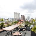 <p> Sân thượng Sài Gòn trên tầng cao nhất được hoàn thiện với các vật liệu truyền thống của địa phương như gạch xi măng, màn tre, đầy những loại thảo mộc.</p>
