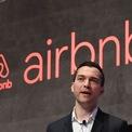 """<p class=""""Normal""""> <strong>Airbnb</strong></p> <p class=""""Normal""""> Ra đời trong cùng giai đoạn khủng hoảng giống Uber.</p> <p class=""""Normal""""> Airbnb được thành lập vào năm 2007 khi 2 người bạn cùng phòng trọ Joe Gebbia và Brian Chesky quyết định cho thuê khu vực gác xép trong căn nhà mà họ đang thuê. Họ đã tạo ra một website cho người thuê nhà tiện liên hệ và mua một vài chiếc đệm hơi để làm """"giường"""" cho các """"du khách"""". Cùng với Nathan Blecharczyk, một người bạn khác, họ quyết định xây dựng một công ty chuyên cung cấp dịch vụ cho thuê phòng.</p> <p class=""""Normal""""> Ban đầu, công ty gặp rất nhiều khó khăn. Nhưng đến năm 2019, công ty này được định giá ở ngưỡng 31 tỷ USD. (Ảnh: <em>AFP</em>)</p>"""