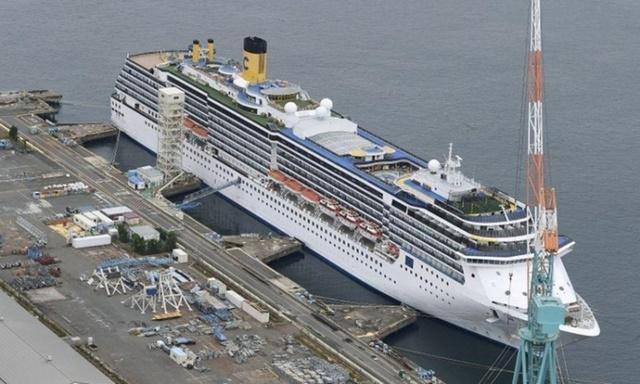Du thuyền Costa Atlantica tại cảng Nagasaki, Nhật Bản, hôm 21/4. Ảnh: Reuters.