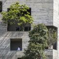 """<p class=""""Normal""""> Phần lõi nhà và các bức tường bao quanh được ngăn cách với nhau bởi những bồn cây xanh, nhờ đó, không gian sinh hoạt bên trong được bảo vệ khỏi sự khắc nghiệt của thời tiết cũng như tiếng ồn. Thiết kế này làm liên tưởng đến hình ảnh 2 hình ngũ giác to, nhỏ lồng vào nhau.</p>"""