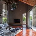 <p> Những bức tường gạch thô ở bên trong tạo cảm giác mộc mạc, tuy nhiên khi kết hợp với nội thất sang trọng lại trở nên hiện đại.</p>