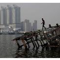 """<p class=""""Normal""""> <strong>Trước:</strong> Theo <em>ABC</em>, Jakarta được xếp hạng là thành phố nhiều khói nhất nhất thế giới trong một vài ngày. Trong hình:<span>Đống đổ nát của chiếc thuyền gỗ tại Bắc Jakarta, Indonesia, vào ngày 26/7/2018. Ảnh: <em>Willy Kurniawan / Reuters</em></span></p>"""