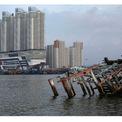 """<p class=""""Normal""""> <strong>Sau:</strong> Trước đây, bầu trời xanh ở Jakarta báo hiệu cho việc cư dân rời khỏi thành phố trong kỳ nghỉ lễ Eid al-Fitr vào tháng 6, theo <em>ABC</em>. Trong hình:<span>Đống đổ nát của chiếc thuyền gỗ tại Bắc Jakarta vào ngày 16/4/2020. Ảnh: <em>Willy Kurniawan / Reuters</em></span></p>"""