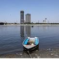 """<p> <strong>Sau: </strong>Bầu không khí New Delhi trở nên quang đãng trở lại sau nhiều thập kỷ. """"Tôi nhìn lên bầu trời khá thường xuyên và tận hưởng màu xanh từ ban công nhà mình"""", một giáo sư nghỉ hưu người Anh chia sẻ với tờ <em>New York Times</em>. Trong hình:New Delhi, Ấn Độ, nhìn từ sông Yamuna vào ngày 8/4/2020, sau 21 ngày phong tỏa toàn quốc. Ảnh: <em>AdNam Abidi / Reuters</em></p>"""