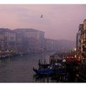 """<p class=""""Normal""""> <strong>Trước:</strong> Venice, Italia, con kênh thường mang màu nước đục ngầu.<span>Trong hình:</span><span>Kênh đào Grand ngày 6/1/2018. Ảnh: <em>Manuel Silvestri / Reuters</em></span></p>"""