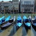 <p> Những chiếc thuyền trên làn nước trong vắt tại Venice (Italia). <em>Ảnh: Reuters</em></p>