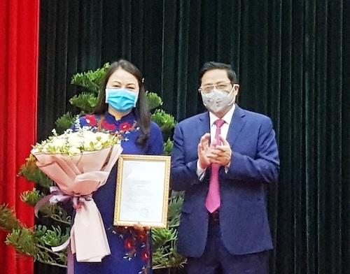 Ông Phạm Minh Chính,Ủy viên Bộ Chính trị, Bí thư Trung ương Đảng, Trưởng Ban Tổ chức Trung ương trao quyết định trao quyết định cho đồng chí Nguyễn Thị Thu Hà. Ảnh: VGP.