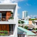 <p> The Nắng Suites nằm gần bãi biển Mỹ Khê, TP Đà Nẵng. Tòa nhà 4 tầng được tổ chức thành hai yếu tố riêng biệt - riêng tư và chung. Tất cả 8 phòng đều ở các tầng trên, tầng trệt đóng vai trò là trung tâm sinh hoạt chung bao gồm bếp nhỏ, bàn ăn, phòng khách, thư viện, phòng chiếu phim, phòng giặt ủi và chỗ đỗ xe.</p>
