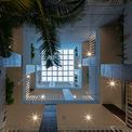 <p> Thiết kế mái năng động, có sự kết hợp giữa cửa gió và lưới làm việc, cho phép ánh sáng tự nhiên và nhiệt thoát ra ngoài. Ngôi nhà tạo ra một loại cảnh quan nội bộ mới, bao gồm các không gian hội nghị đầy ngẫu hứng - địa điểm cho cả các cuộc gặp gỡ tự phát và theo kế hoạch.</p>