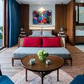 <p> Các kiến trúc sư đã sử dụng một bảng màu giới hạn gồm đỏ đậm, xanh lá cây và xanh lam, bổ sung sự phong phú bằng gỗ óc chó tối màu. Loại gỗ chất lượng cao này đã được chọn vì các đường vân cấu trúc bề mặt sống động.</p>
