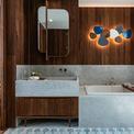<p> Đất nung trong một bảng màu vẽ lên bầu trời và biển được sử dụng cho sàn và đồ đạc trong phòng tắm. Thiết kế sàn terrazzo đặc trưng trong phòng tắm và khu vực chung được lặp lại trong lối vào của tòa nhà.</p>