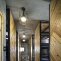 <p> Các kiến trúc sư đã tận dụng từng không gian cho các chức năng phù hợp, khai thác địa điểm thuận lợi và mở rộng không gian kín ra ngoài trời, bố trí tinh tế các cửa sổ nhỏ trong suốt để phù hợp với thiết kế giường tầng của hostel.</p>
