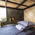 <p> Không gian giường tầng trong hostel được làm từ khung sắt thép và gỗ sáng màu, kết hợp với nhiều ô cửa thoáng.</p>