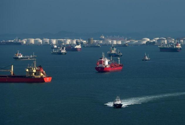 Tàu chở dầu neo đầy cảng ở Singapore vì không có người mua