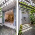 <p> Khác với mặt tiền xù xì, gai góc, bên trong ngôi nhà là một không gian sống động với cây xanh, những căn phòng ngập tràn ánh sáng.</p>