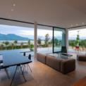 <p> Các cửa kính rộng và cao 3,2 m đã được sử dụng, cho phép mở hoàn toàn các góc lớn, giúp không gian trong nhà - ngoài trời hòa hợp với nhau.</p>