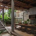 <p> Nhà có 3 tầng với tổng diện tích sử dụng là 340 m2. Tầng một là nơi ở của gia đình 4 người; tầng 2 có gia đình 2 người và một người độc thân sinh sống. Tầng 3 là phòng thờ. Cả ba hộ có mối quan hệ họ hàng nên có thể sử dụng chung một số khu vực.</p>