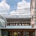 <p> Nhà được xây dựng ở Châu Đốc, một thị xã nhỏ chạy dọc theo biên giới với Campuchia. Khu vực này có đông dân cư với hàng trăm ngôi nhà nổi trên sông cũng như các ngôi nhà được cơi nới, mở rộng một cách tạm bợ. Ngôi nhà được KTS người Nhật Nishizawa thiết kế vớivẻ ngoài không quá nổi bật, mang nhiều dấu ấn, đặc trưng vùng miền.</p>