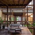 <p> Ngôi nhà tuy độc đáo nhưng vẫn giữ được các nét kiến trúc đặc trưng của Châu Đốc, phù hợp với tập quán sống của các thành viên trong nhà. Đó là kiểu kiến trúc với cột đá hoặc bê tông chống từ mặt đất rồi tới khung gỗ phía trên và cuối cùng được bao bọc bởi mái tôn mỏng nhẹ.</p>