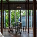 <p> Các hệ cửa, vách xoay điều chỉnh lưu lượng nắng gió vào nhà một cách linh hoạt, thích hợp với khí hậu nhiệt đới nóng ẩm.</p>