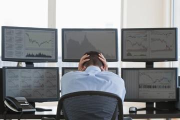 Khối ngoại bán ròng hơn 6.800 tỷ đồng trong tháng 4 dù thị trường hồi phục