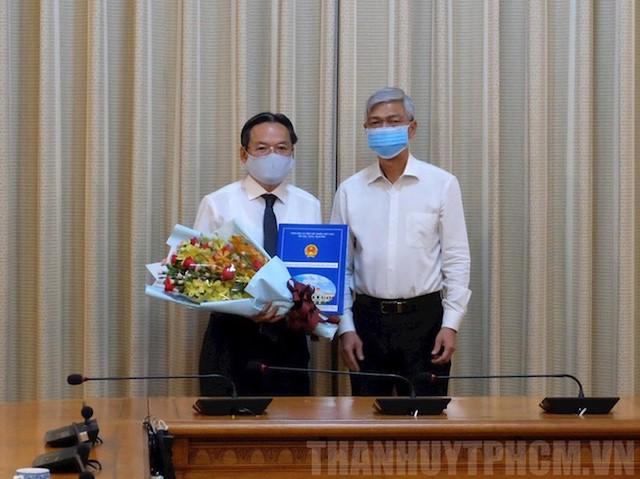 Phó Chủ tịch UBND TP HCM Võ Văn Hoan trao quyết định cho ông Phan Trường Sơn. Ảnh: Thanhuytphcm.vn