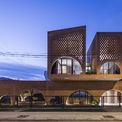<p> Ngôi nhà trong phối cảnh chung về đêm, hài hòa về ánh sáng và đặc biệt trong thiết kế so với xung quanh.</p>