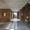 <p> Trên khu đất 274 m2, ngôi nhà được xây dựng bằng gạch đất sét địa phương mang lại cảm giác quen thuộc cho người dùng và có hình dạng kiến trúc nhắc nhở về đồng hồ Cuckoo.</p>