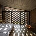 """<p> Bức tường """"nhiều lỗ"""" có thể được sử dụng linh hoạt, kết nối giữa trong nhà và ngoài trời, vừa riêng tư vừa mở, cho phép gió thổi qua tất cả các góc của ngôi nhà.</p>"""