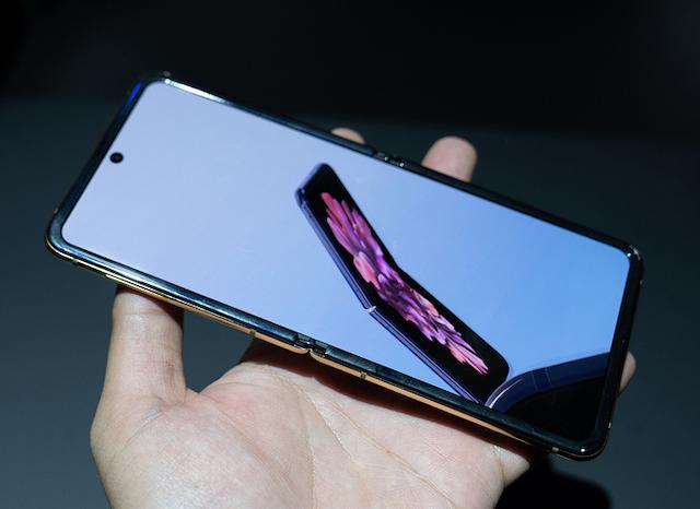 Galaxy Z Flip được nhiều người dùng đặt mua hơn dự kiến của Samsung. Ảnh: Huy Đức.