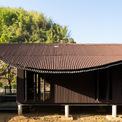 <p> Hình dáng mềm nhẹ của bộ mái tạo ra vùng bóng mát di chuyển sinh động trên tường và sàn. Khung cảnh này ăn nhập với môi trường rừng núi xung quanh.</p>