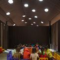 """<p> <span style=""""color:rgb(0,0,0);"""">2 phòng học, khu vực phòng dành cho giáo viên lưu trú được ngăn cách thông qua một sân chung. Sân chung này trở thành sân trung tâm. Ban đầu, đó là một sân mở đa chức năng bên dưới một mái hiên mát mẻ, nơi trẻ con chơi đùa với nhau. Khi vận hành sử dụng, sân hiên này còn là nơi để anh chị của trẻ, học ở ngôi trường bên cạnh, đợi nhau để cùng về nhà, ngoài ra còn là nơi để làm lớp học ngoài giờ, nơi tổ chức lễ hội truyền thống.</span></p>"""