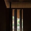<p> Các ô cửa chớp vừa là ý đồ thẩm mỹ, tinh thần của kiến trúc và vừa để tận dụng ánh sáng tự nhiên cho các lớp học bên trong.</p>